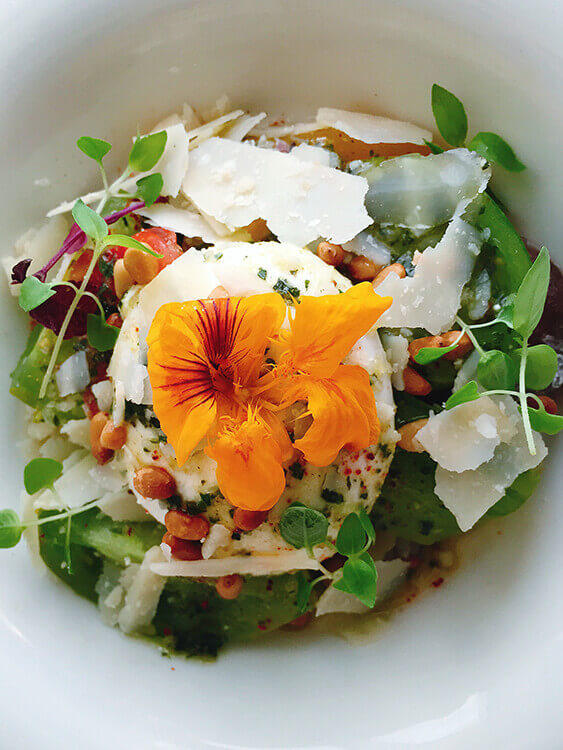 Heimloom tomato and burrata salad with edible flowers at Le 7 Restaurant Bordeaux