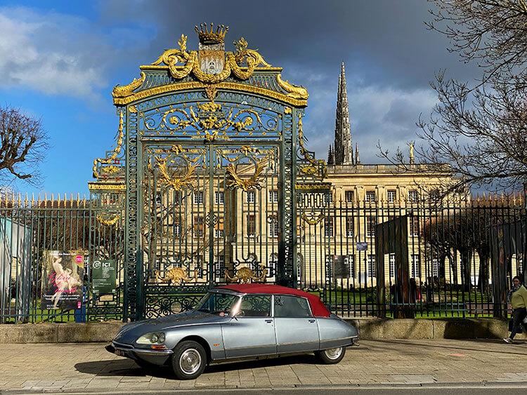 The Citroën DS in front of the gardens of Hôtel de Ville on a Bordeaux Classic Cars tour
